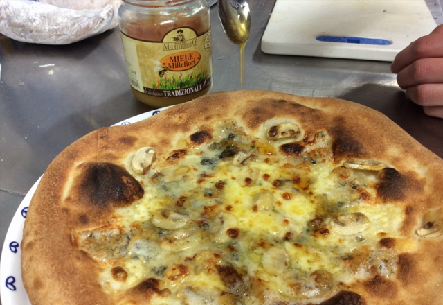 つくば研究学園イタリアンレストランのピザ