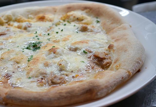 研究学園のイタリアンレストランのピザ